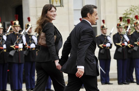 Le couple Bruni-Sarkozy quitte l'Élysée. (Photo: LIONEL BONAVENTURE, AFP)