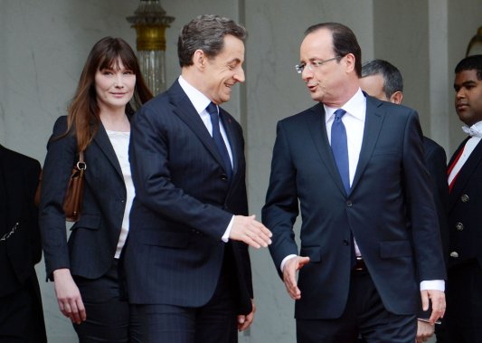 Le président sortant Nicolas Sarkozy (gauche) salue le nouveau chef de l'État français François Hollande. (Photo: ERIC FEFERBERG, AFP)