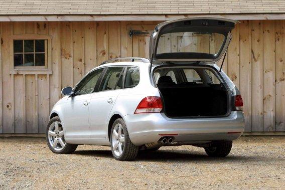 La seule héritière de la familiale abordable aux lignes traditionnelles est la Volkswagen Golf familiale, anciennement Jetta. Avouons que sa soute est un avantage.