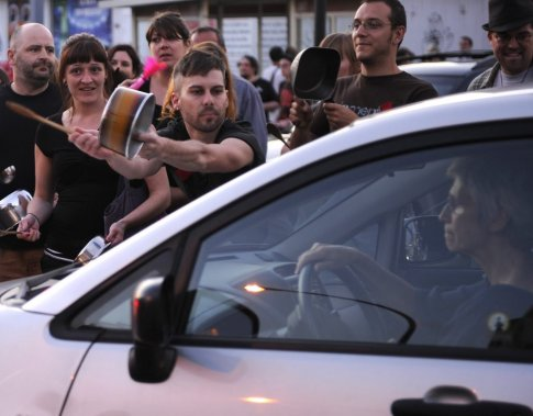 Une bruyante «manifestation de casseroles» a eu lieu mercredi soir dans le quartier Rosemont. (Bernard Brault, La Presse)