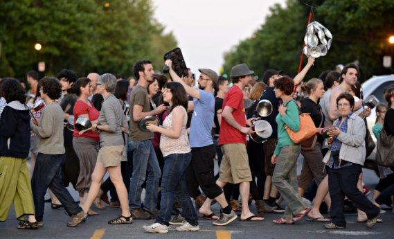 Une bruyante «manifestation de casseroles» a eu lieu mercredi soir dans le quartier Rosemont. (Bernard Brault)