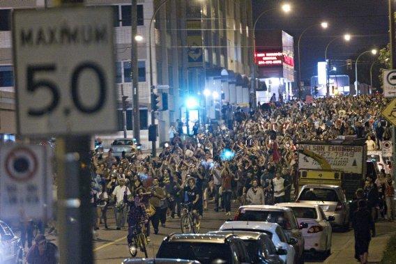 Une bruyante «manifestation de casseroles» a eu lieu mercredi soir dans le quartier Rosemont. (Patrick Sanfaçon, La Presse)