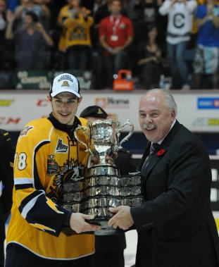 Le capitaine Michaël Bournival recevant la Coupe Memorial des mains de David Branch, président de la Ligue canadienne de hockey. (Photo: Sylvain Mayer)