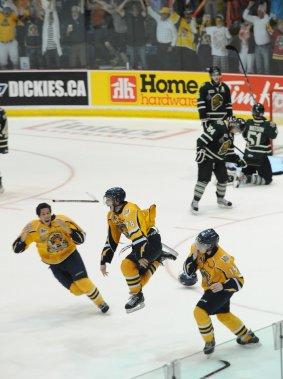 Laissant tomber leurs gants et leur casque, les Cataractes ont sauté sur la glace après le but de la victoire. (Photo: Sylvain Mayer)