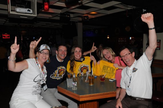 La finale de la Coupe Memorial a créé un véritable happening au centre-ville de Shawinigan. On voit ici des fans des Cataractes au Broadway Pub. (Photo: Sylvain Mayer)