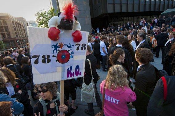 De nombreux juristes, parmi lesquels d'éminents avocats, protestent contre la loi spéciale 78 en investissant les rues de Montréal, au départ du palais de justice. (Photo André Pichette, La Presse)