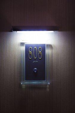 À l'extérieur de la chambre, un voyant lumineux indique aux employés de l'hôtel si la pièce est occupée ou non. De cette façon, ils éviteront d'importuner les clients si ceux-ci veulent profiter de quelques moments d'intimité. (Photo André Pichette, La Presse)
