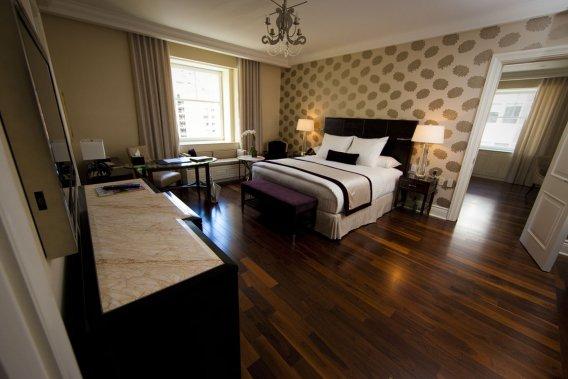 Dans la chambre 822, une «suite junior» de 600 pi2, on retrouve un décor classique, sans extravagances. (Photo André Pichette, La Presse)