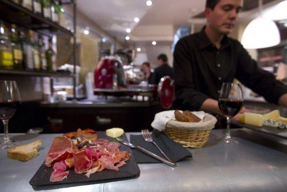 Dégustation de vin aux Fines Gueules dans le 1er arrondissement à Paris. (François Roy, La Presse)