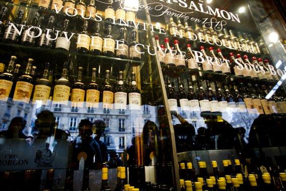 Dégustation de vin à la Cave Augé à Paris. (François Roy, La Presse)