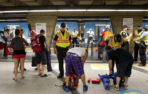 Des policiers effectuent des fouilles au métro Longueuil. (Robert Skinner, La Presse)