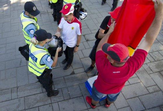 Des policiers fouillent des sacs à la sortie du métro Jean-Drapeau. (Robert Skinner)