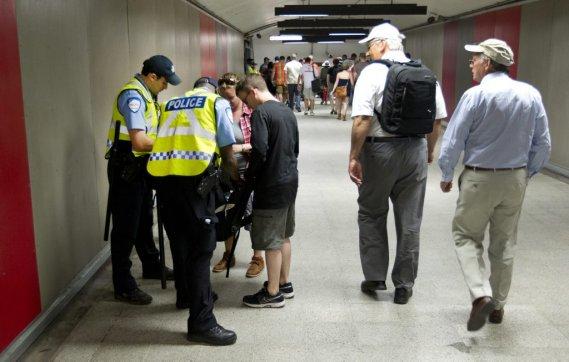 Des policiers fouillent des sacs au métro Berri-UQAM. (Robert Skinner, La Presse)