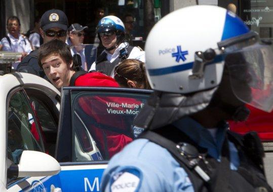 Altercation et quelques arrestations au coin de Crescent et Sainte Catherine en début d'après-midi. (Robert Skinner)
