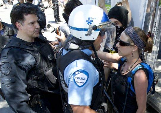 La police arrête des manifestants au centre-ville de Montréal pendant le Grand Prix. (Robert Skinner)