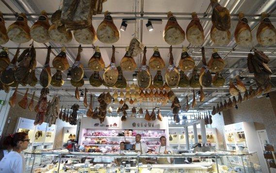 «Eataly c'est un lieu où la nourriture s'achète, se mange et s'étudie», a souligné M. Farinetti, en montrant les trois premiers rayons: une librairie, une épicerie fine et une agence de voyage avec des itinéraires du goût. (AFP)
