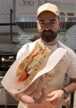 Eataly Rome, «cité de la nourriture», est consacrée à la beauté qui «sauvera l'Italie», selon M. Farinetti, qui a annoncé des expositions et la diffusion en continu de concerts (de Vivaldi à Paolo Conte) sur grand écran. (AFP)