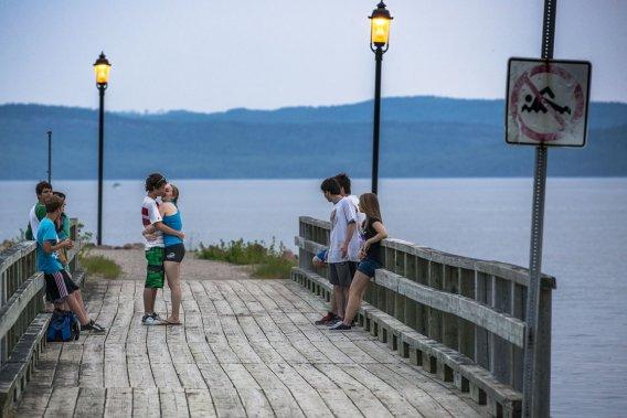 C'est ici qu'on trimballe en poussette les dernières preuves du baby-boom québécois, ici que les écoliers apprennent à nager après les classes, ici que les couples se tiennent la main à la brunante, ici que les jeunes font la fête sous les étoiles, ici que, tous les dimanches de l'été, ont lieu des spectacles en plein air, quand les journées sont chaudes, mais les nuits fraîches, au gré d'un microclimat... (Photo Olivier Pontbriand, La Presse)