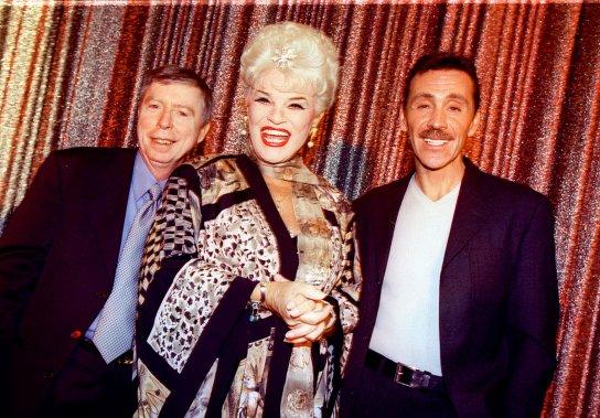 Gilles Latulippe (à gauche) remet les clés du Théâtre des variétés, rebaptisé Théâtre des nouveautés, au nouveau propriétaire, Normand Lachance (à droite), en présence de Jean Guilda (au centre) en mai 2000. (Photo: Rémi Lemée, archives La Presse)