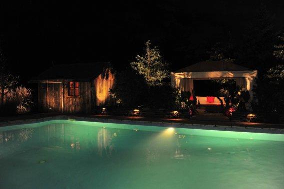 Éclairer la terrasse, mais aussi les arbres et la veille grange. (Photo fournie par Services paysagers Dominique Filion)