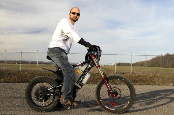 Stéphane Melançon avec son plus récent joujou: un vélo de montagne équipé d'un moteur-roue avec lquel il a atteint 113 km/h.