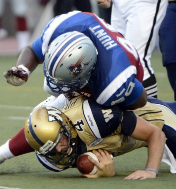 Aaron Hunt  des Alouettes face à Buck Pierce des Blue Bombers en 1re demie au stade Percival Molson de l'université McGill. (Photo Bernard Brault, La Presse)
