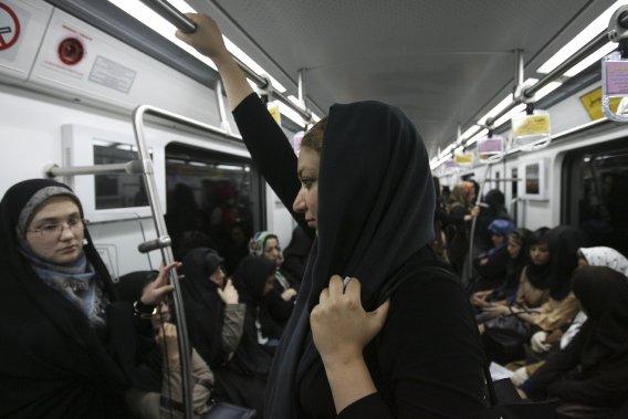 Une partie du métro de Téhéran est réservé aux femmes. S'y côtoient les femmes avant-gardistes, repoussant les limites du code vestimentaire des femmes traditionnelles. (Farzaneh Khademian, collaboration spéciale)