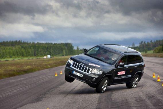 Dans 11 nouveaux tests réalisés par Teknikens Värld, le Jeep Grand Cherokee 2012 n'a pas basculé au point de risquer  de capoter, mais le VUS a montré une fâcheuse tendance à lever les roues plus ou moins légèrement  lors de la manoeuvre d'évitement.