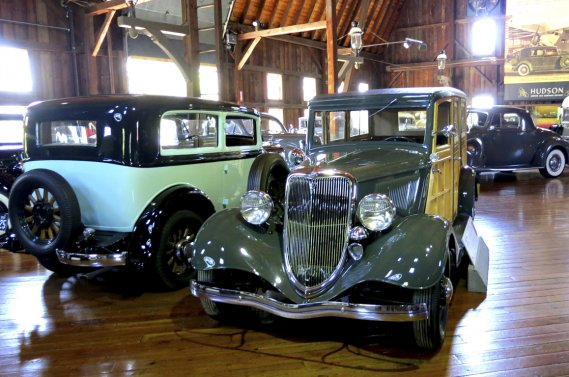 Des Ford des années 30 dans une des granges… avec plancher verni! (Photo Éric Descarries, collaboration spéciale)