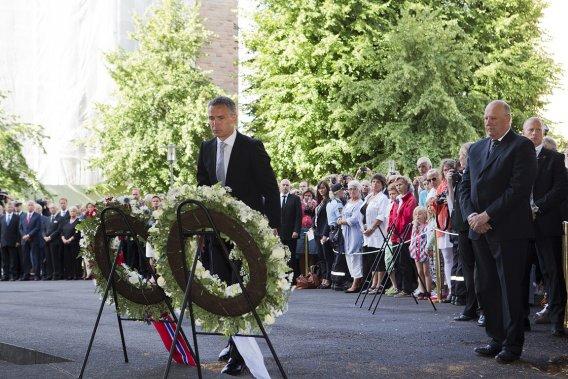 Le premier ministre Jens Stoltenberg a débuté la journée en déposant une gerbe dans le quartier des ministères à Oslo, cible d'un attentat à la bombe le 22 juillet 2011. «Le  tueur a échoué, le peuple a gagné», a déclaré M. Stoltenberg (au centre). (Photo: AP)