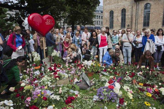 La Norvège s'est recueillie dimanche en mémoire des 77 personnes  tuées   il y a un an par Anders Behring Breivik, tout en réaffirmant son    attachement aux valeurs libérales abhorrées par l'extrémiste de  droite. (Photo: Reuters)