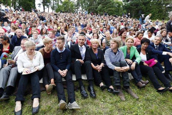 Un millier de jeunes travaillistes norvégiens ont rendu hommage dimanche sur l'île d'Utoeya aux 69 victimes tuées il y a un an au même endroit par l'extrémiste de droite Anders Behring Breivik. Le premier ministre Jens Stoltenberg (au centre, à l'avant) était avec eux. (REUTERS)