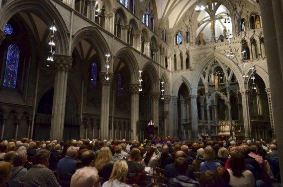 Une messe en l'honneur des victimes de Breivik, célébrée dans la cathédrale Nidaros à Trondheim. (REUTERS)