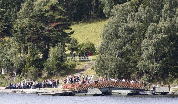 Les familles des victimes de la fusillade d'Utoeya se rassemblaient sur l'île pour célébrer les disparus. (REUTERS)