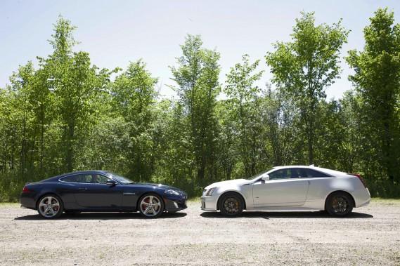 La jaguar XKR (gauche) et la Cadillac CTS-V.
