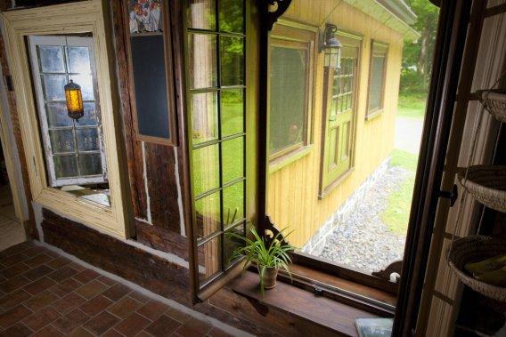 Une maison ancestrale en jeu de blocs carole thibaudeau for Grandes fenetres