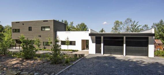 Exposée au nord-est, la façade avant de la maison familiale ...