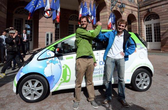 ??Xavier Degon et Antonin Guy ont réussi à faire le tour du globe en voiture électrique en huit mois.