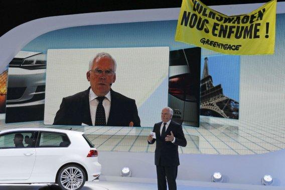 Au Mondial de l'auto, des militants de Greenpeace ont déployé une banderole indiquant «Volkswagen nous enfume» au-dessus du stand du constructeur.