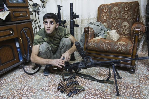 Ville d'Alep, en Syrie. Un soldat de l'armée syrienne libre prépare son arme. (Photo Édouard Plante-Fréchette, La Presse)