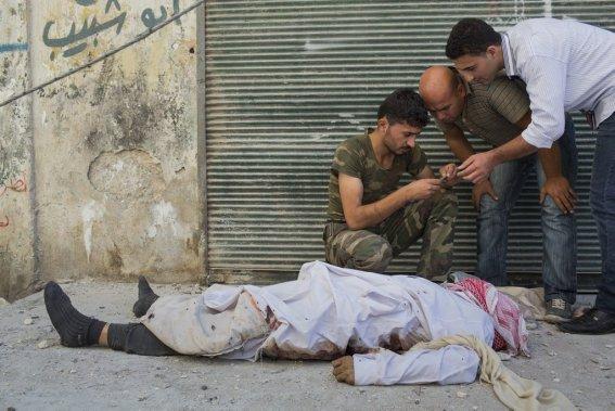 Ville d'Alep, en Syrie. L'armée syrienne libre identifie un civil mort sous les balles d'un tireur. (Photo Édouard Plante-Fréchette, La Presse)