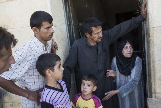 Ville d'Alep, en Syrie. Une femme explique que son mari est très malade et attend une chirurgie qu'il ne peut recevoir pour l'instant, la ville étant en guerre. Ses deux fils sont sourds et muets. (Photo Édouard Plante-Fréchette, La Presse)