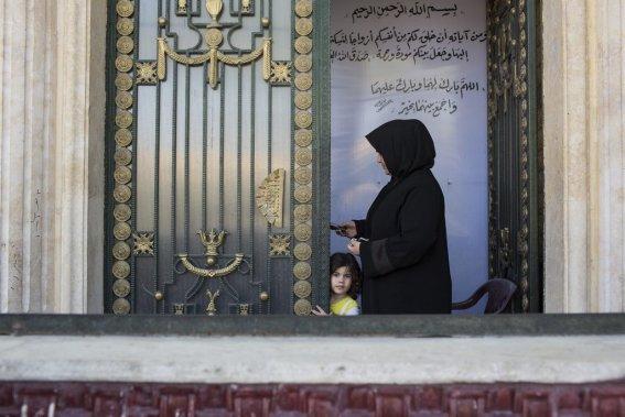 Ville d'Alep, en Syrie. Une femme et un enfant se présentent à la porte d'un refuge. (Photo Édouard Plante-Fréchette, La Presse)