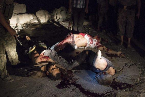 Ville d'Alep, en Syrie. Exécution sommaire de trois soldats de l'armée citoyenne libre, probablement faite par l'armée de Bachar al-Assad. (Photo Édouard Plante-Fréchette, La Presse)