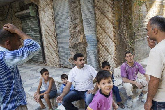 Ville d'Alep, en Syrie. Rassemblement au coin d'une rue. La vie quotidienne tente de se frayer un chemin malgré la guerre. (Photo Édouard Plante-Fréchette, La Presse)