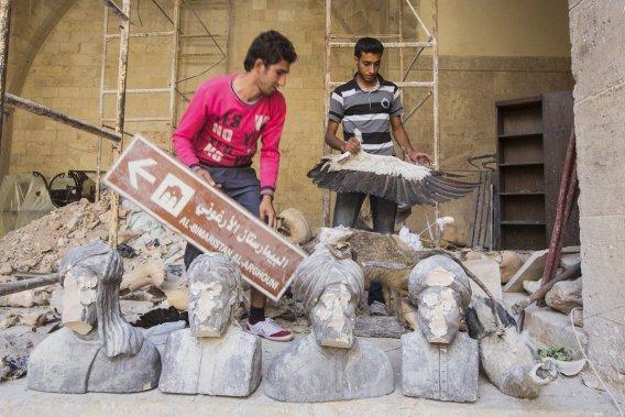 Le commandant Abu Ali, de l'Armée syrienne libre, a établi son quartier général dans un musée. Dans le hall, des armes et des matelas jetés pêle-mêle; au sol, des bouteilles de plastique et des restes de repas; dans la grande salle, des statuettes brisées. (PHOTO ÉDOUARD PLANTE-FRÉCHETTE)