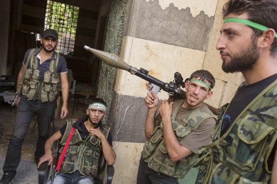 Des rebelles de l'Armée syrienne libre, photographiés dans leur QG érigé dans un musée d'Alep. (PHOTO ÉDOUARD PLANTE-FRÉCHETTE)