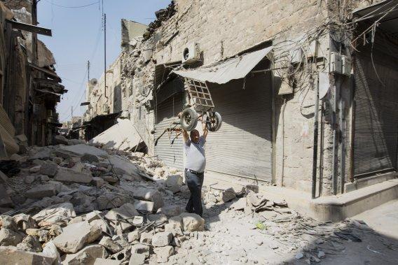 Cette ruelle d'Alep encombrée de gravats a été la cible des bombardements de l'armée de Bachar al-Assad au cours des derniers jours. (PHOTO ÉDOUARD PLANTE-FRÉCHETTE)