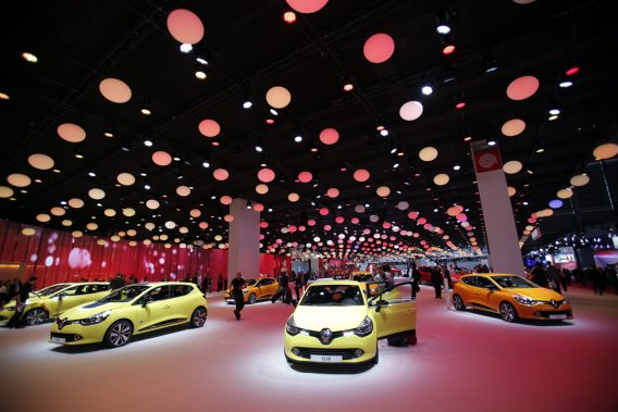 Dans le «stand» de Renault, le plafond était parsemé de ballons qui montaient et descendaient au gré des changements de couleur de l'éclairage. Au sol, pas de plancher, mais plutôt une colline.