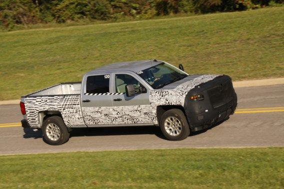 GM  a publié aujourd'hui cette photo d'un prototype du Silverado de la  prochaine génération, avec peinture de camouflage et masque de capot,  sur la piste d'essai de GM à Milford, au Michigan. Ce n'est pas la  version western de luxe High Country, mais c'est une première photo du nouveau pick-up qui doit sortir au printemps prochain.
